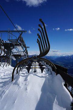 Stoeltjeslift vol met sneeuw van Kelly Alblas