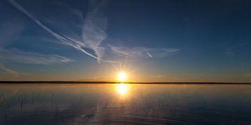 Morgendämmerung am See, dunkelblaues Wasser und rosa Dämmerung von Michael Semenov