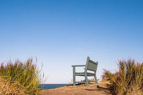 Eine Sitzbank an der Küste der Ostsee