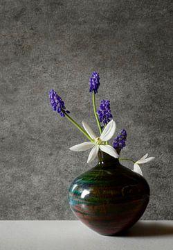Stilleven met Blauwe druifjes van Corinne Welp