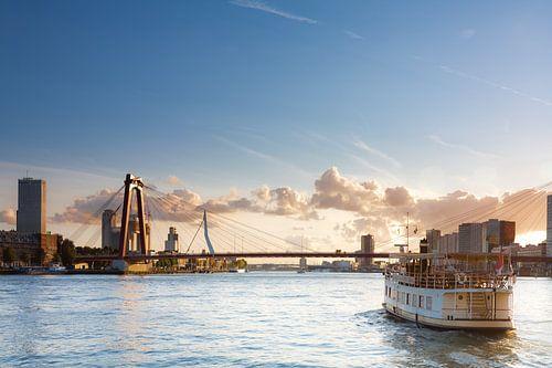 Pannenkoekenboot met de bruggen van