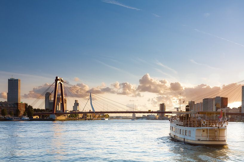 Pannenkoekenboot met de bruggen van Prachtig Rotterdam