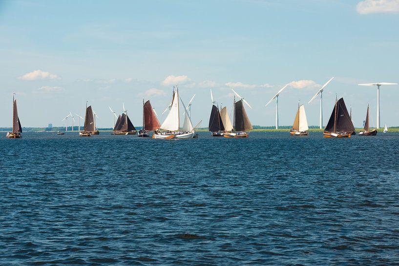 Botters op het Eemmeer voor Spakenburg van Brian Morgan