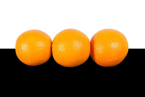 Sinaasappels op wit zwarte achtergrond van