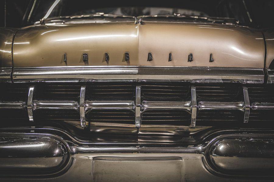 Oude auto uit de tijd van Elvis Presley van Steven Dijkshoorn