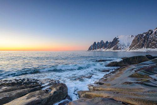 Zonsondergang over de Okshornan bergketen op het eiland Senja in Noord-Noorwegen