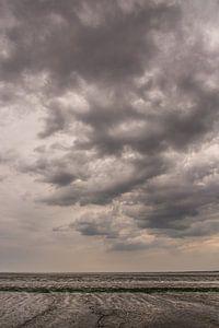 Dunkle Wolken über dem Wattenmeer.