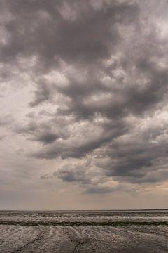 Donkere wolken boven de Waddenzee. van Adri Vollenhouw