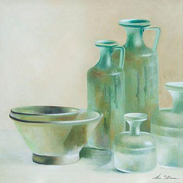 Stilleven van Romeinse glazen flessen en schalen in groentinten von Ine Straver