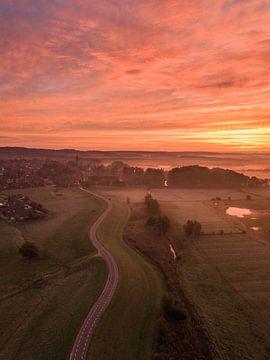 De dijk richting Amerongen tijdens een mooie zonsopgang van Albert Lamme