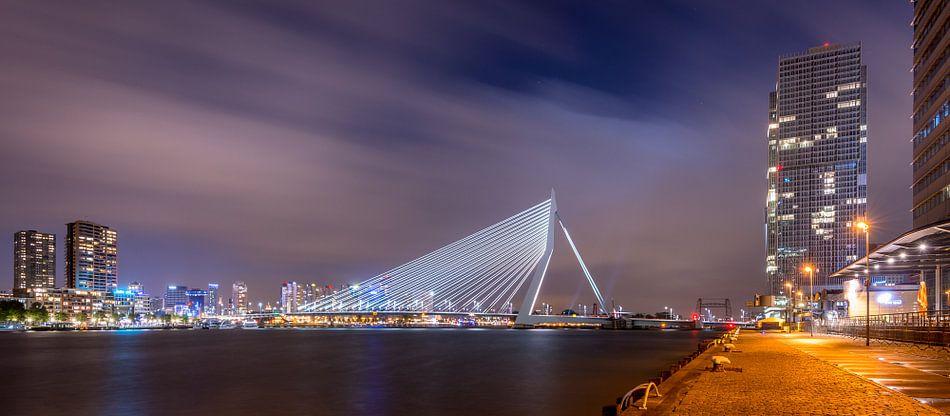Avondfoto Erasmusbrug vanaf Kop van Zuid van Mark De Rooij