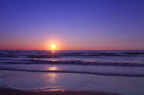 Blue hour op het strand.  van LHJB Photography