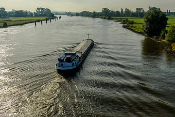 Frachtschiff auf dem Fluss IJssel von