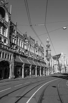 Verlaten Raadhuisstraat in Amsterdam in zwart-wit van Sjoerd van der Wal