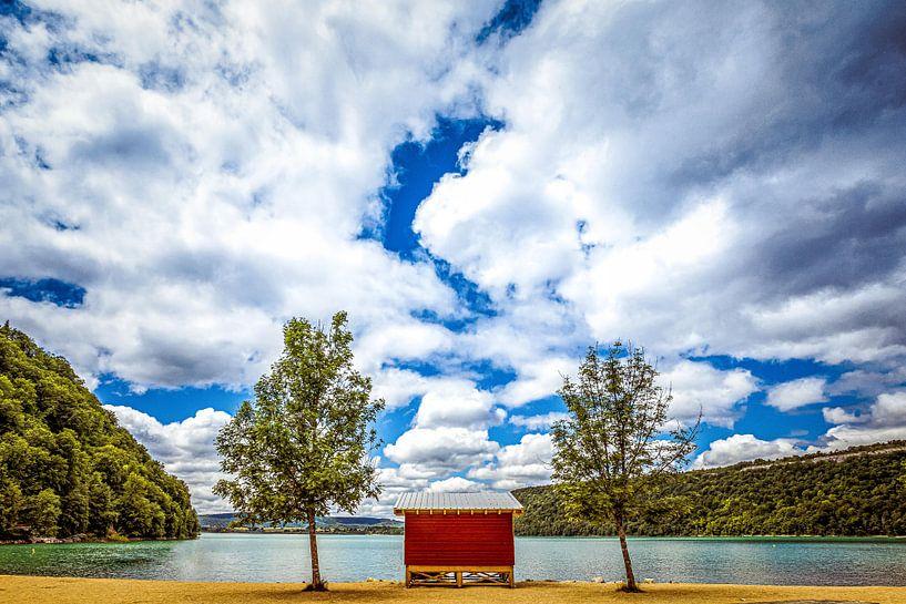 Een bewolkt uitzicht op het water van Jacques Jullens