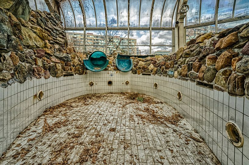 Tropicana, het verlaten zwembad: de waterglijbaan. van Pieter van Roijen