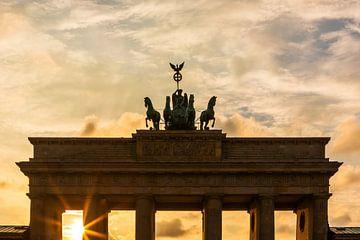 Le Quadriga sur la porte de Brandebourg au coucher du soleil