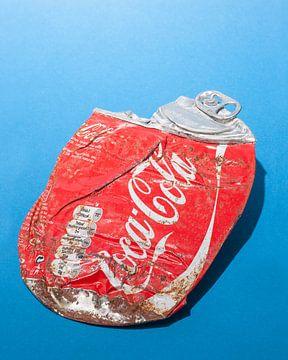 Pop-Art. Zerdrückte Coca-Cola-Dose. von Floris Kok