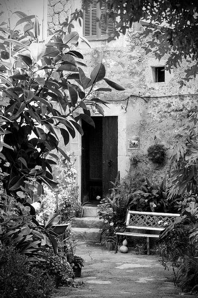 Straatje in Mallorca in zwart-wit van Evelien Oerlemans
