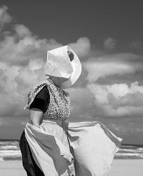 Frau in Zeeland-Tracht von Marit Lindberg