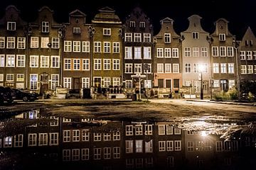 Nachtfotografie van herenhuizen in de stad Gdansk. van Ellis Peeters