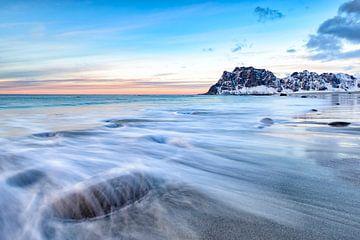 Coucher du soleil au-dessus de plage d'Utakleiv dans l'archipel de Lofoten en Norvège sur Sjoerd van der Wal