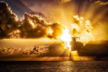 Sfeervolle zonsondergang achter wolken aan zee van Dieter Walther
