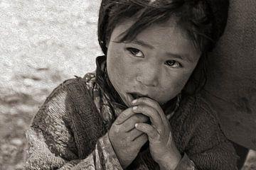 Zanskar meisje leunt veilig tegen haar moeders heup van Affectfotografie