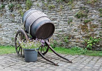 oud wijnvat op een kar van Compuinfoto .