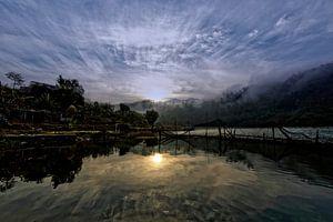 mistige zonsopgang begnasmeer