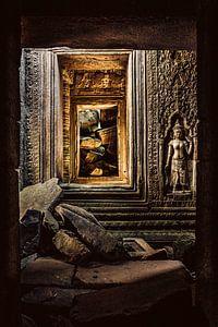 Apsara in Tempel Ruïne van Geert Schuite