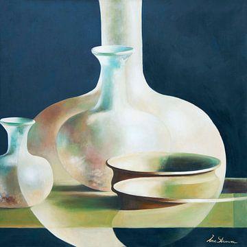 Mystérieuse composition de vases et de bols sur Ine Straver