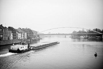 Scheepvaart op de Maas bij Maastricht