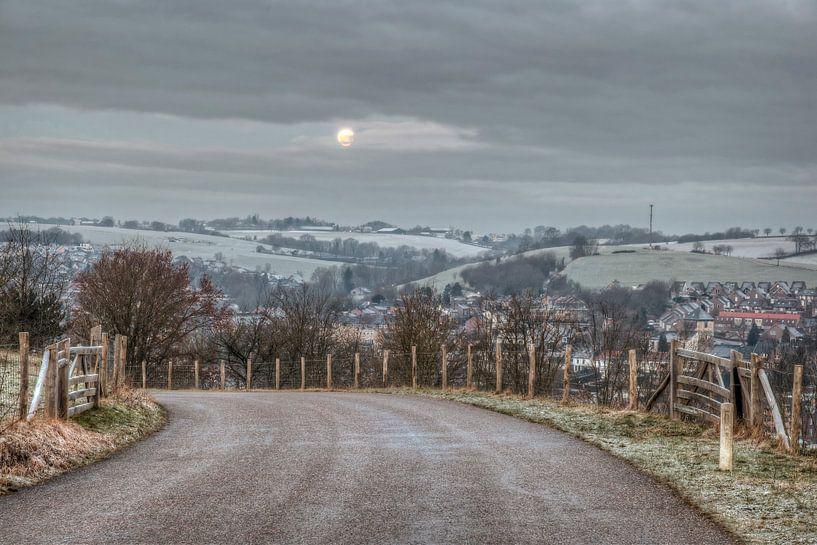 Volle maan boven de besneeuwde heuvels van Gulpen van John Kreukniet