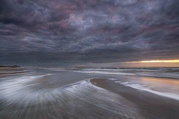 Regenwolken boven het Noordzeestrand - Terschelling van Jurjen Veerman