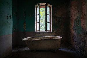 Verlassenes Bad im dunklen Raum.