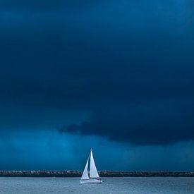 Segelboot verlässt den Hafen von jowan iven