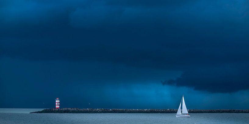 Zeilboot verlaat de haven van jowan iven