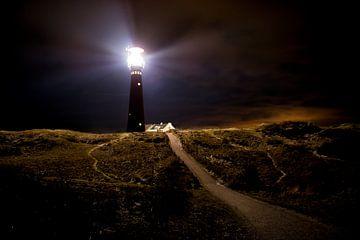 Maisons de phare et de pêcheurs la nuit à l'île de Schiermonnikoog sur Sjoerd van der Wal