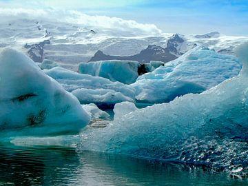 Drijvende ijsschotsen in het gletsjermeer Jökulsárlón, IJsland van Rietje Bulthuis