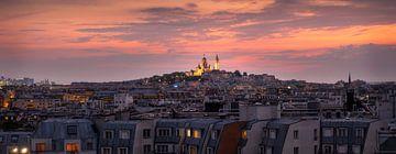 Panorama van Parijs met Montmartre en de Sacre Coeur tijdens zonsondergang van Ralph Rozema