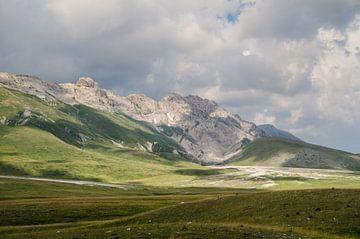 Landschap - Campo Imperatore - Abruzzo - Italië van Carla Boogaard