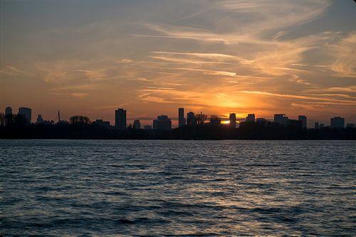 Zonsondergang achter Rotterdam