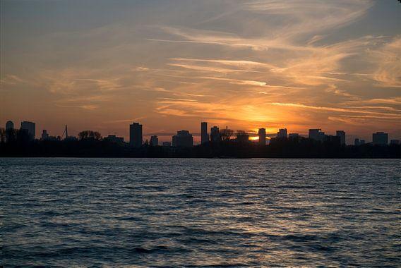Zonsondergang achter Rotterdam van Arjen Roos