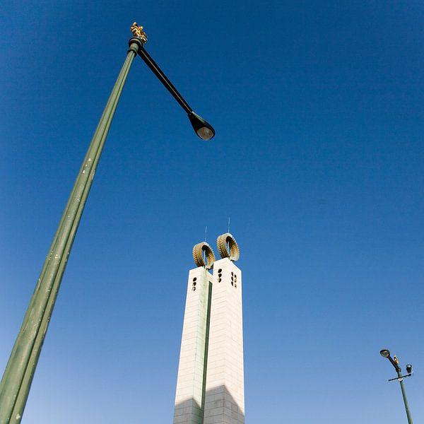 Between two lampposts van Frank Diepeveen