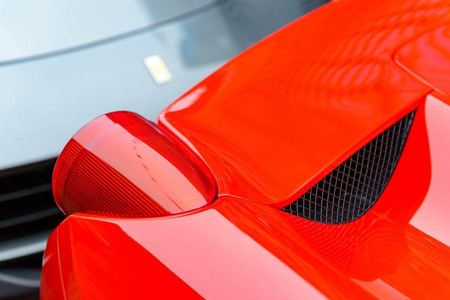 Ferrari 458 Italia achterlicht detail met een F12Berlinetta in de achtergrond