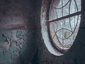 Verlaten plekken: rond raam van Olaf Kramer