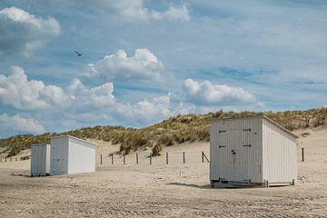Strandhütten am Strand von Ilya Korzelius