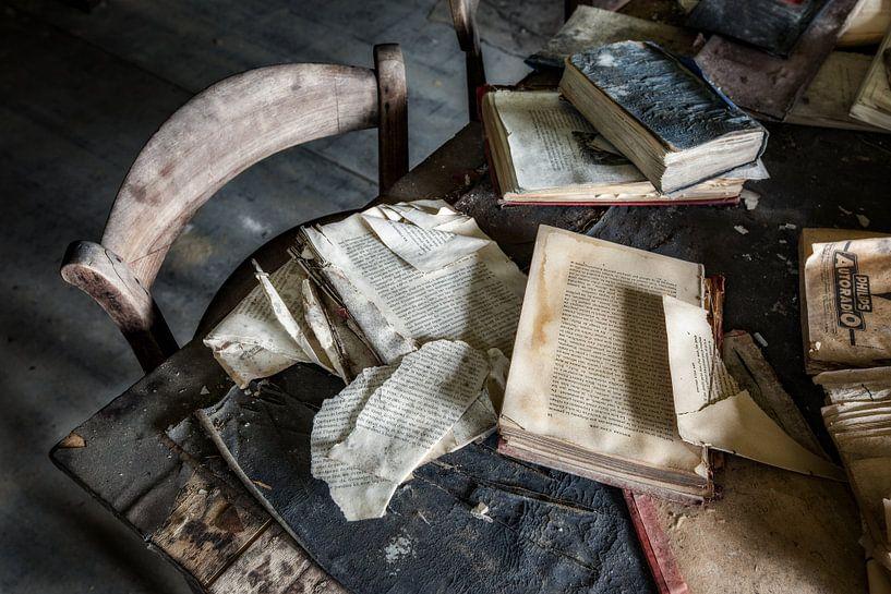 Oude school boeken op tafel von Steven Dijkshoorn