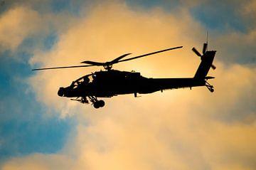 Apache gevechtshelikopter tijdens zonsondergang van Floris Oosterveld
